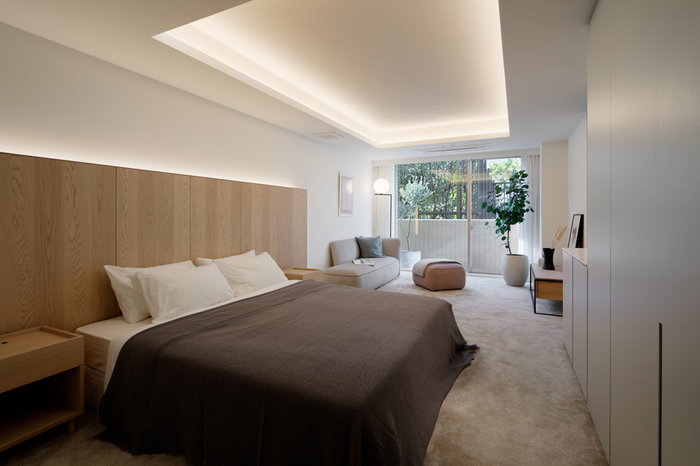 ゆったりとした主寝室 テラス側にはソファーとテレビコーナー