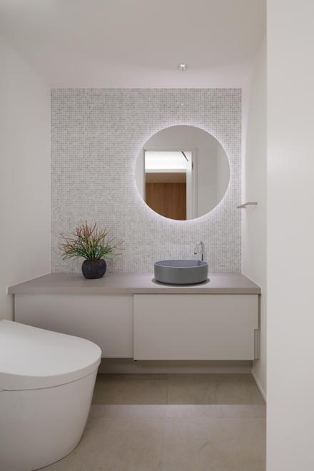 ゲスト用のトイレ 壁面の大理石モザイクが美しい