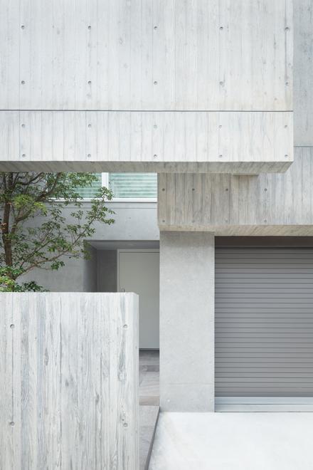 外壁は杉板型枠の壁と化粧型枠の壁が重なり合っている