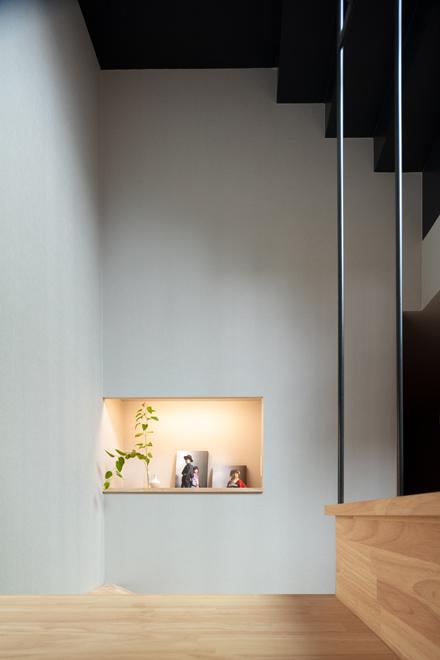 階段脇の飾棚