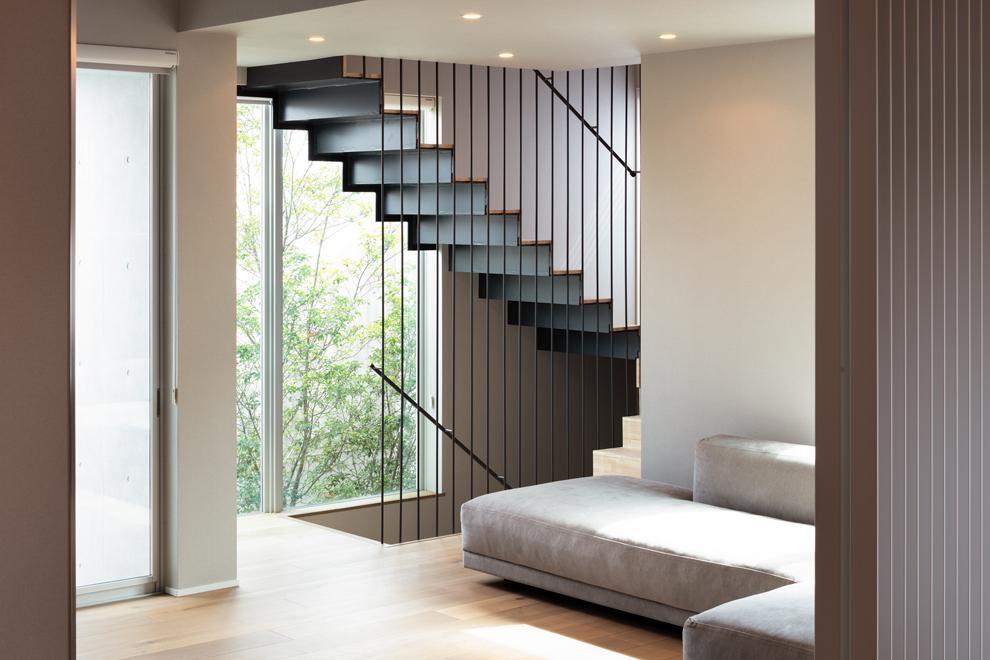 1階から3階まで続く階段 奥の緑はアプローチ部分の植栽と