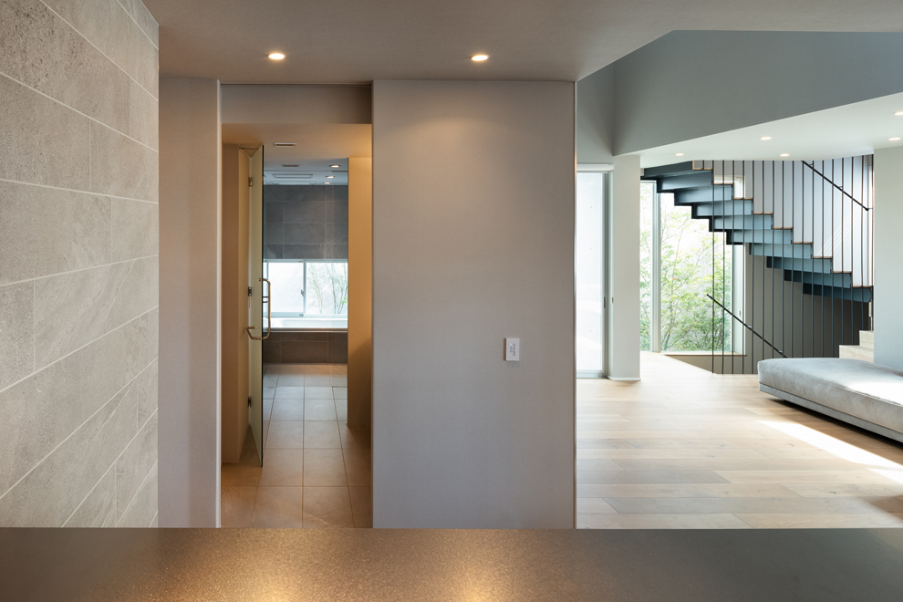 2階のキッチンから洗面、浴室、リビング、階段を見渡す