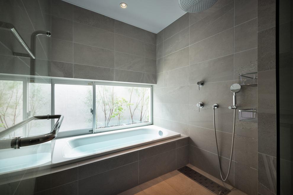 2階のテラスに面した浴室 コンクリート壁でプライバシー保つ
