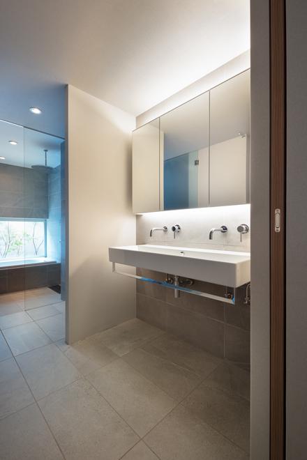 2階の洗面所 2人同時でも使用可能 洗面と浴室の間に脱衣室も設置