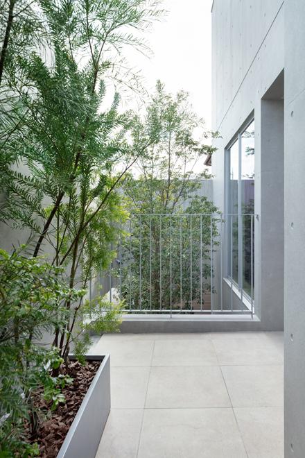 浴室前のバステラス 奥にエントランスの植栽と「木を抱く壁」が見える