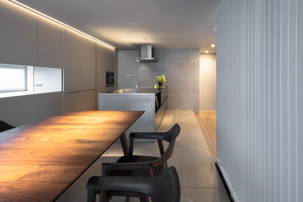 ダイニング側から見る キッチン左奥の扉からパントリーに続く 冷蔵庫もパントリーに設置