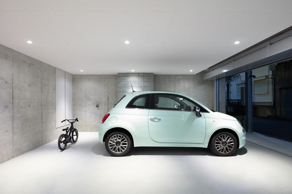 乗用車2台が駐車可能なビルトインガレージ